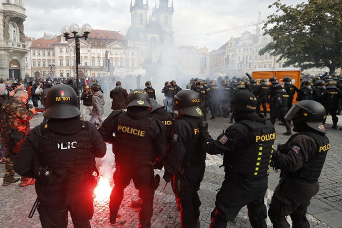 Người biểu tình ném pháo sáng vào lực lượng cảnh sát.