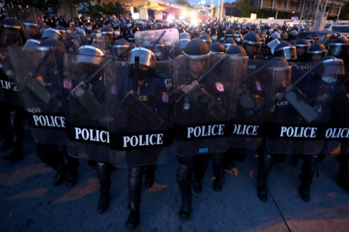Cảnh sát chống bạo động trên đường phố Bangkok sáng 15/10. Ảnh:Reuters.