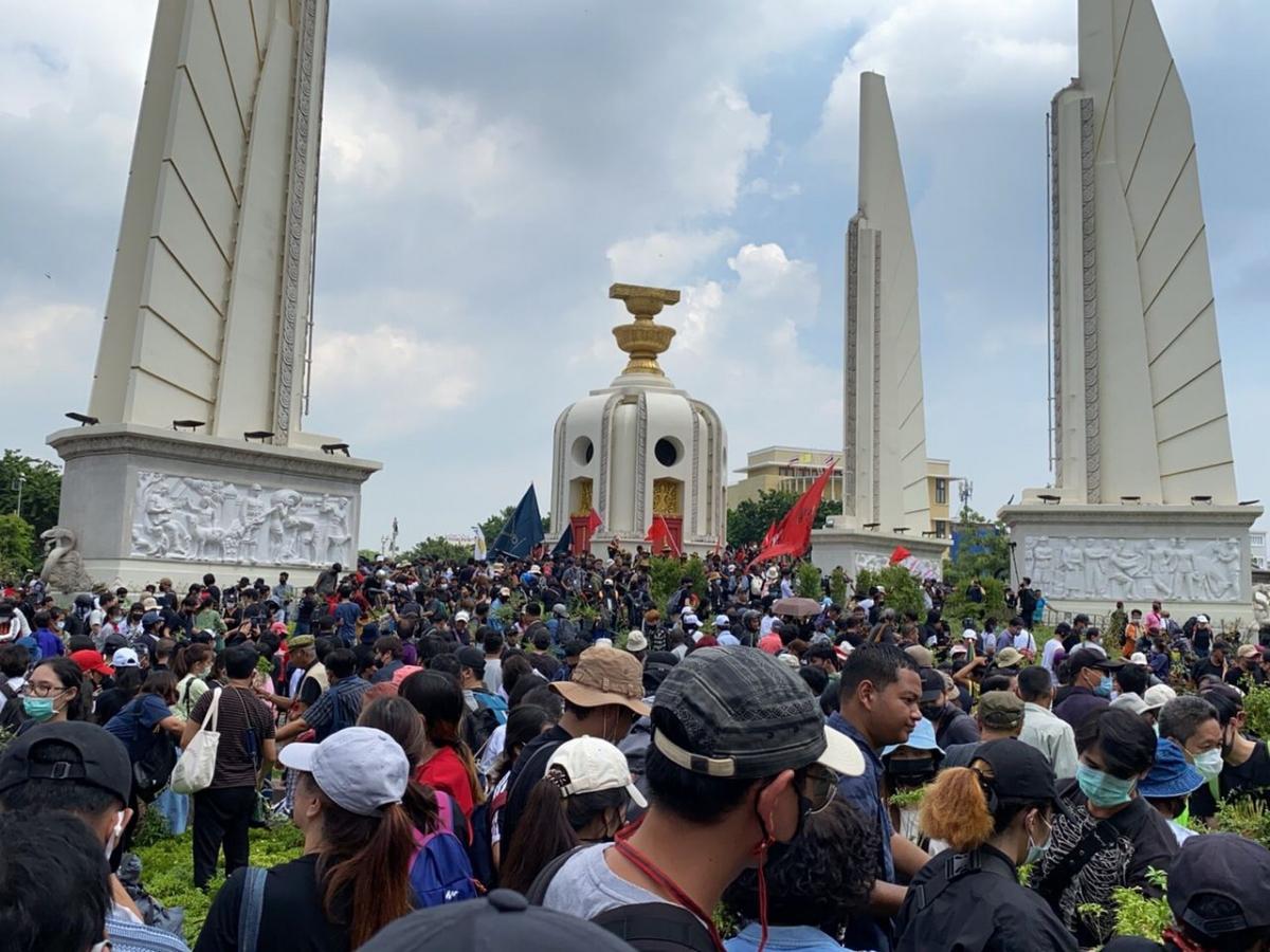 Những người biểu tình chống đối chính phủ tập trung tại khu vực tượng đài Dân chủ.