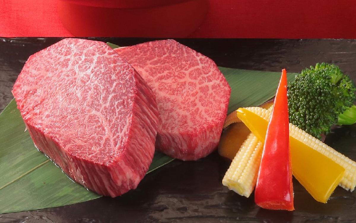 Thứ khiến món ăn này trở nên đắt đỏ đến vậy chính là miếng thịt bò với những đường kẻ dọc theo khối. Miếng thịt dày, tan chảy trọng miệng người ăn với vị béo ngậy đặc trưng.