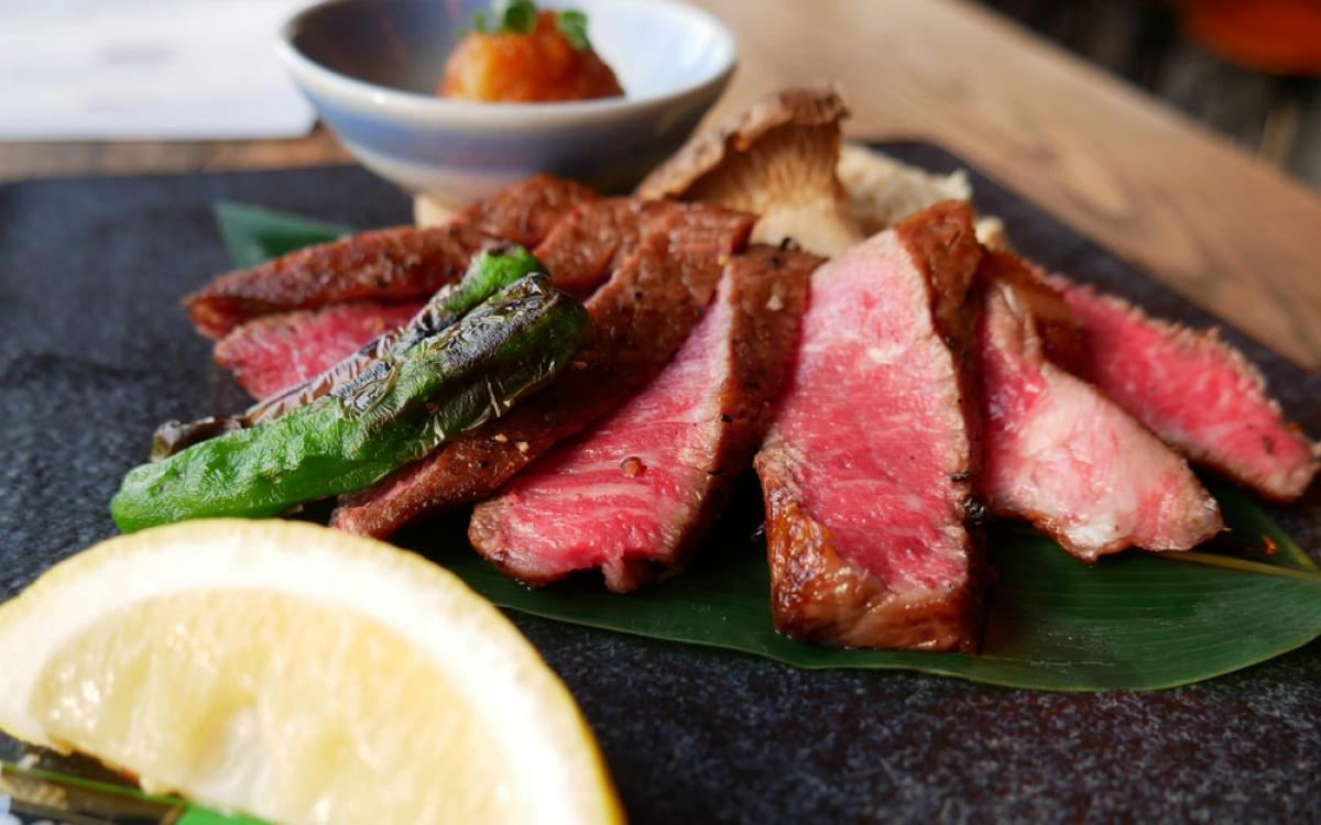 Ở New York (Mỹ), thành phố nổi riếng với những miếng thịt bò thượng hạng ngon nhất thế giới, người ta cũng không khỏi bất ngờ khi món sandwich bít tết trị giá 185 USD xuất hiện ở một cửa hàng nhỏ nằm giữa khu tài chính.