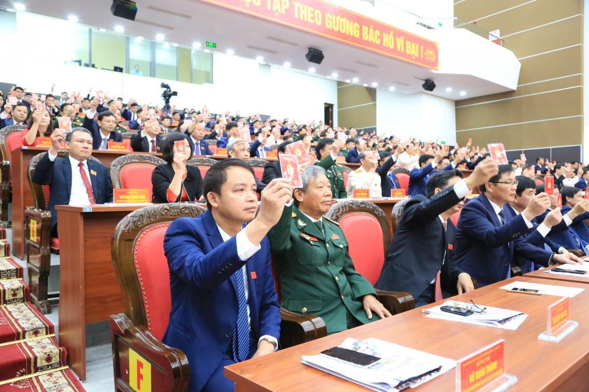 Các đại biểu tiến hành biểu quyết tại Đại hội