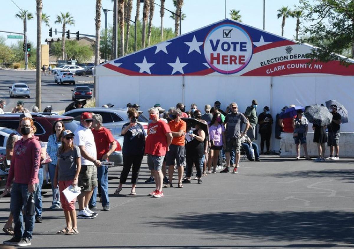 Các cử tri xếp hàng vào bỏ phiếu trực tiếp tại thành phố Las Vegas, Mỹ. Ảnh: AFP.