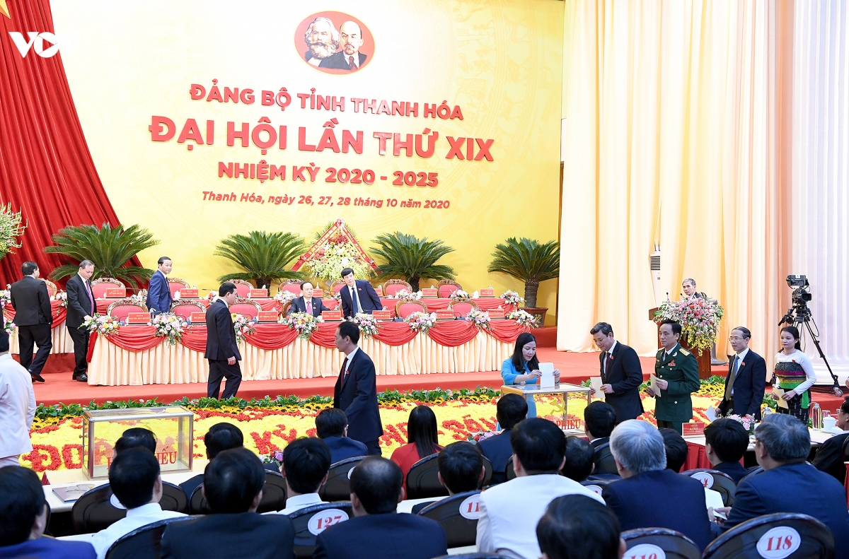 Các đại biểu bỏ phiếu lựa chọn nhân sự tại Đại hội đại biểu Đảng bộ tỉnh Thanh Hoá