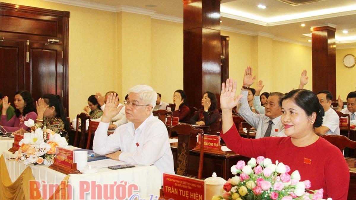 Các đại biểu biểu quyết thông qua Nghị quyết về việc xây dựng hệ thống trường học thông minh giai đoạn 2021 – 2025