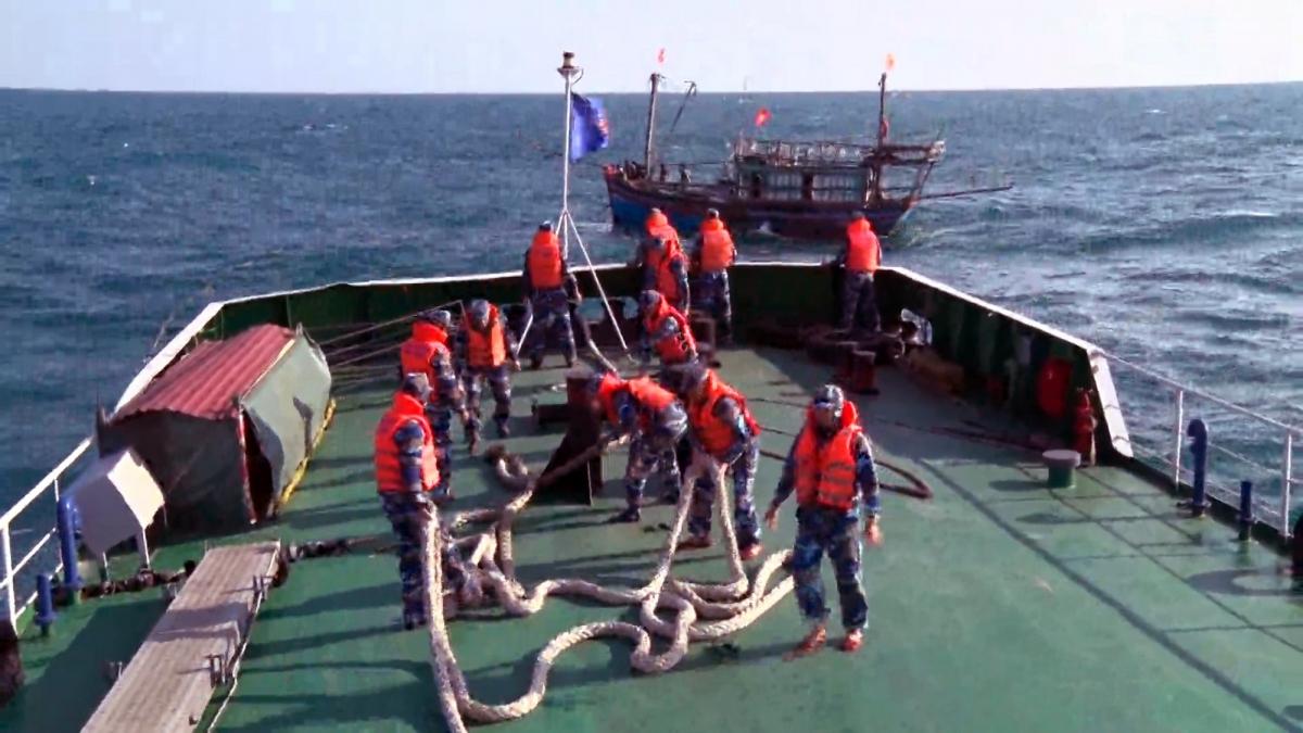 Cán bộ chiến sĩ CSB 8003 làm dây để tiến hành lai kéo tàu bị nạn về đất liền.