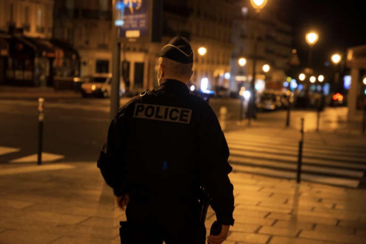 Cảnh sát Pháp tăng cường kiểm tra phong tỏa. Ảnh: Le Monde