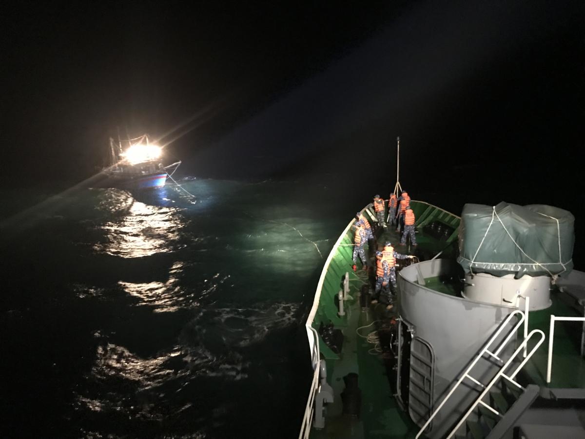 Cán bộ chiến sĩ tàu CSB 8003 làm dây kéo tàu cá.