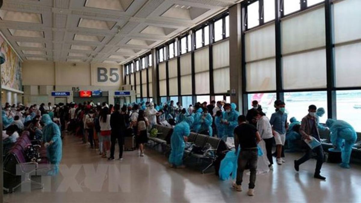 Công dân Việt Nam về nước an toàn tại sân bay quốc tế Cần Thơ. Ảnh: TTXVN