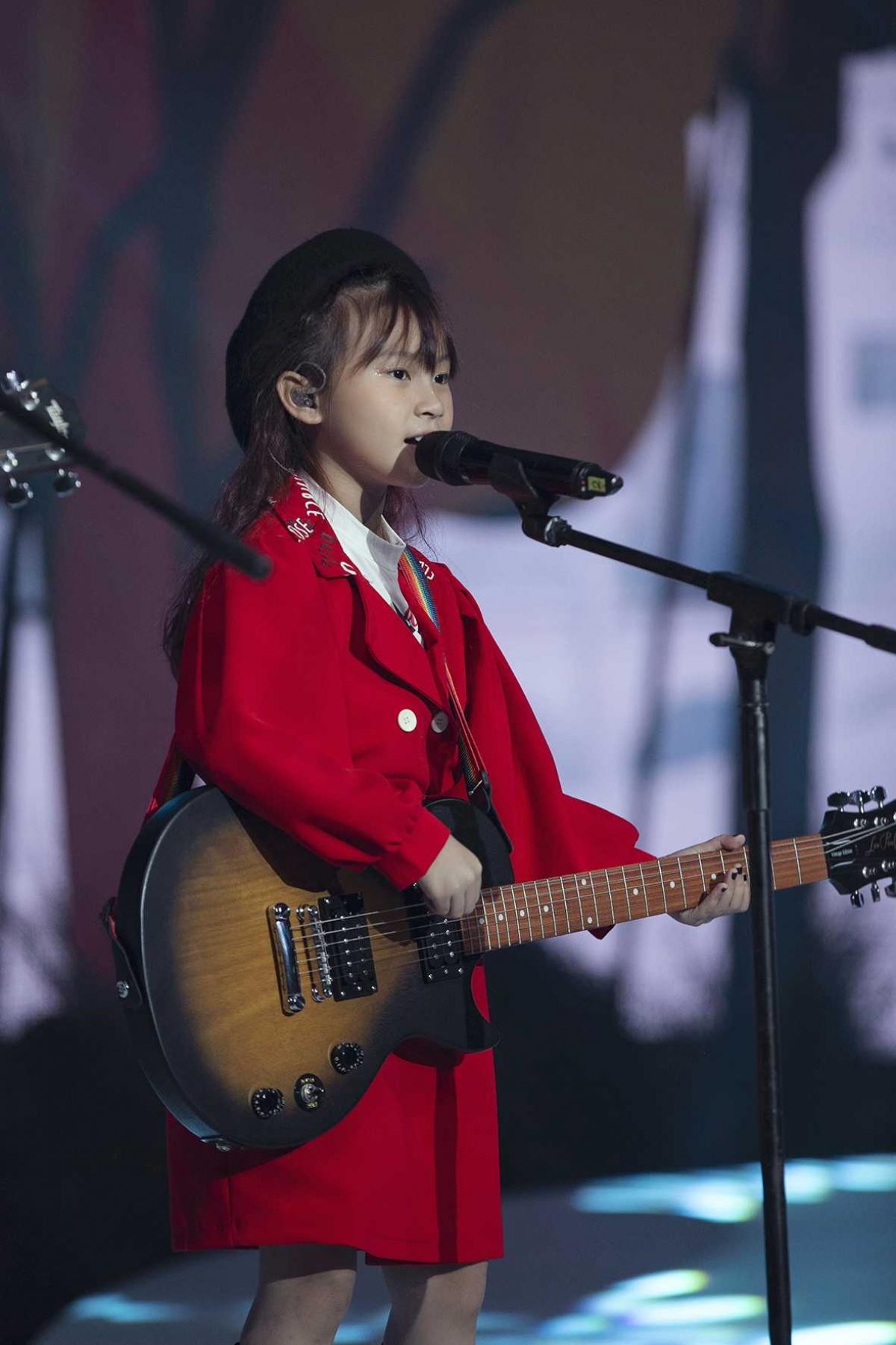 """Show diễn được mở màn với bài hát """"I love you family"""" do ca sĩ Hoàng Bách song ca cùng chính con gái. Đặc biệt hơn, đây cũng là bài hát mà bé Mèo - con gái Hoàng Bách tự sáng tác để tặng cho cả gia đình yêu thương của mình."""