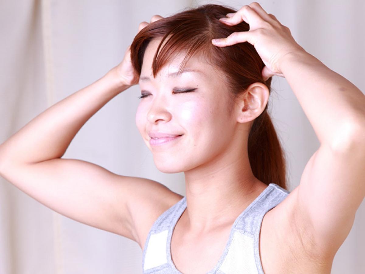 Chải tóc bằng tay giúp lưu thông mạch máu (Ảnh minh họa Internet)