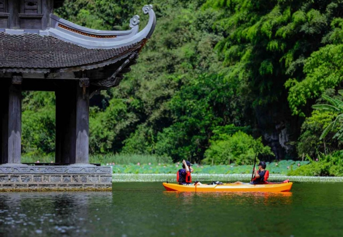 Chèo kayak tại khu sinh thái Tràng An là một sản phẩm du lịch mới tại Ninh Bình. Ảnh: KDL Sinh thái Tràng An