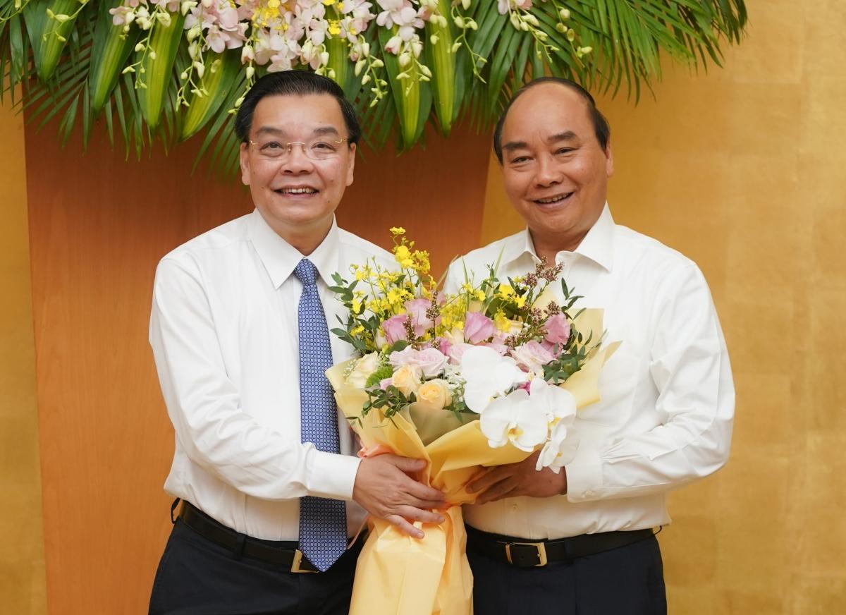 Thủ tướng tặng hoa chúc mừng tân Chủ tịch Hà Nội Chu Ngọc Anh nhận nhiệm vụ mới.