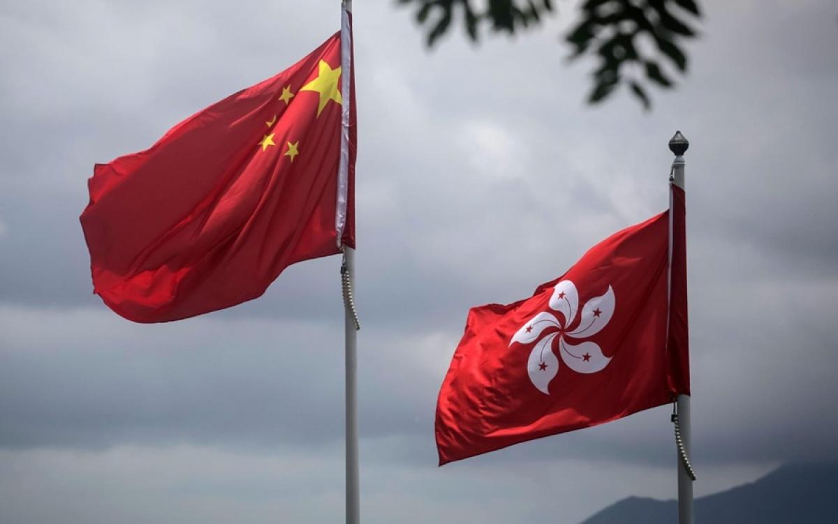 Cờ Trung Quốc và cờ Hong Kong. Ảnh: CNN.