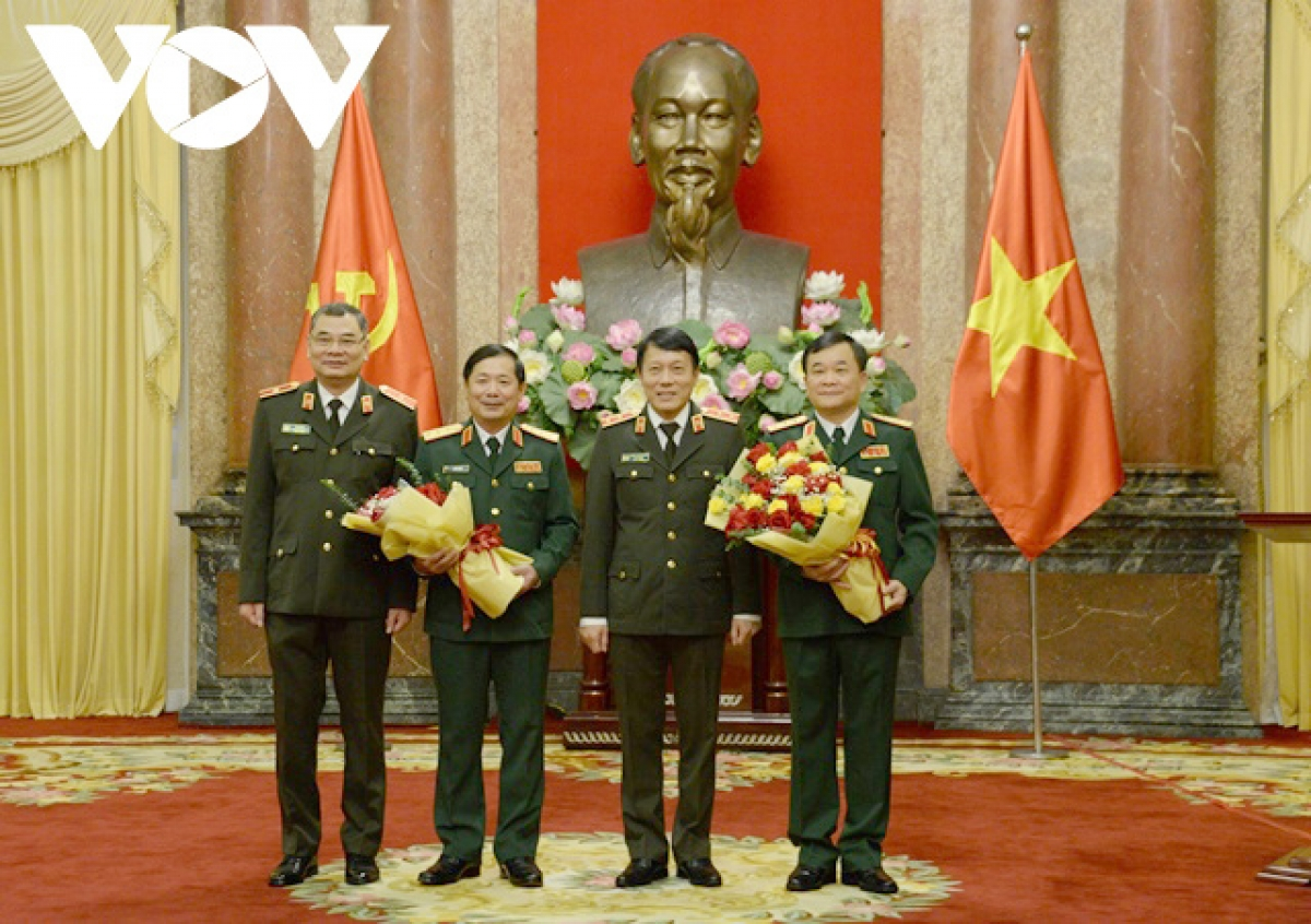 Đại diện Bộ Công an tặng hoa chúc mừng hai tướng quân đội được thăng quân hàm.