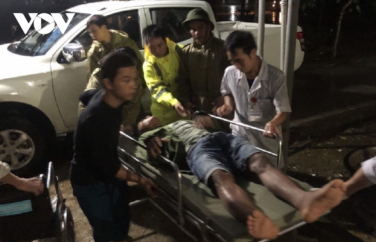 The injured workers in the landslide are transferred to Binh Dien general hospital for treatment.