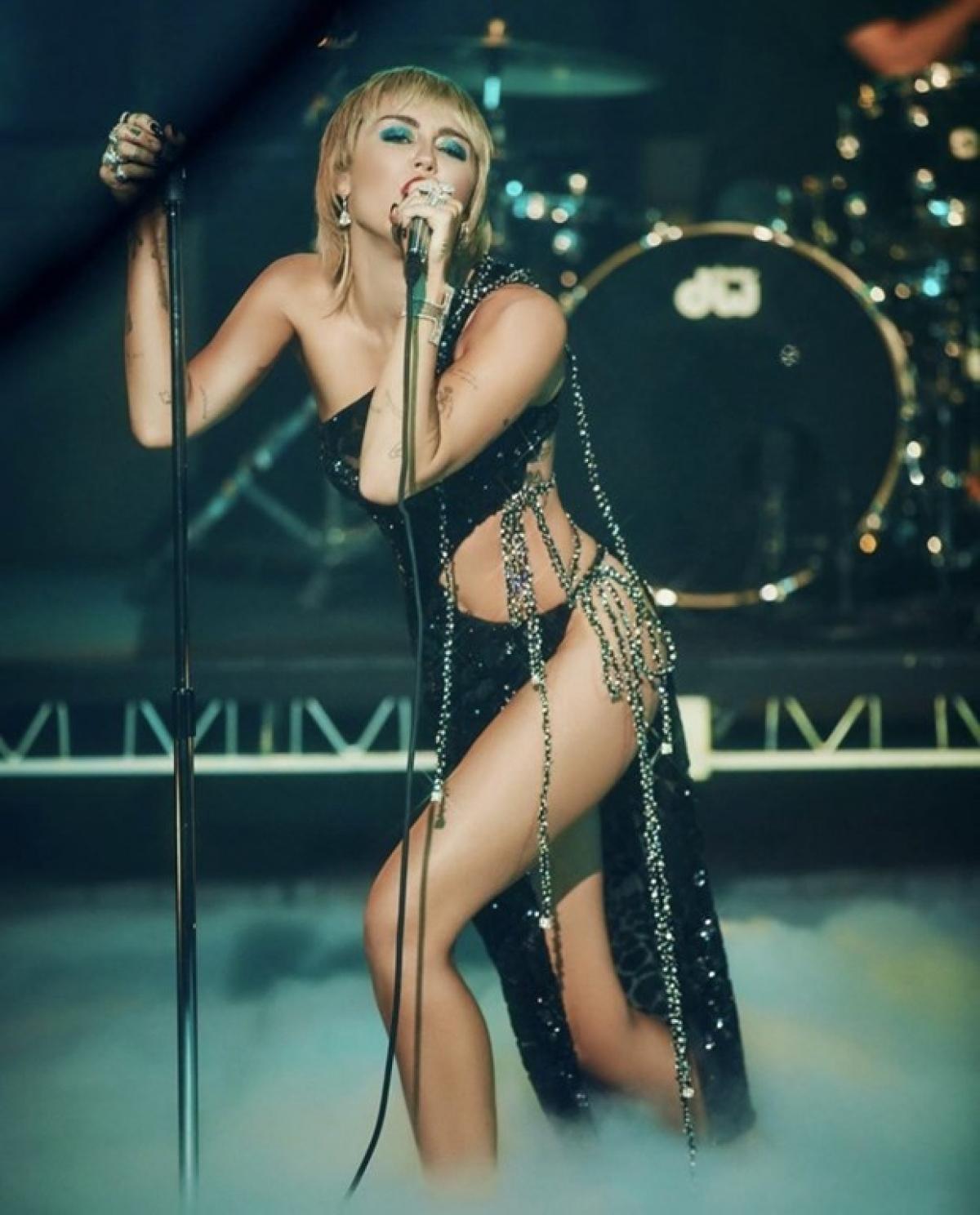 Nữ ca sĩ Miley Cyrus trong thiết kế của Công Trí.