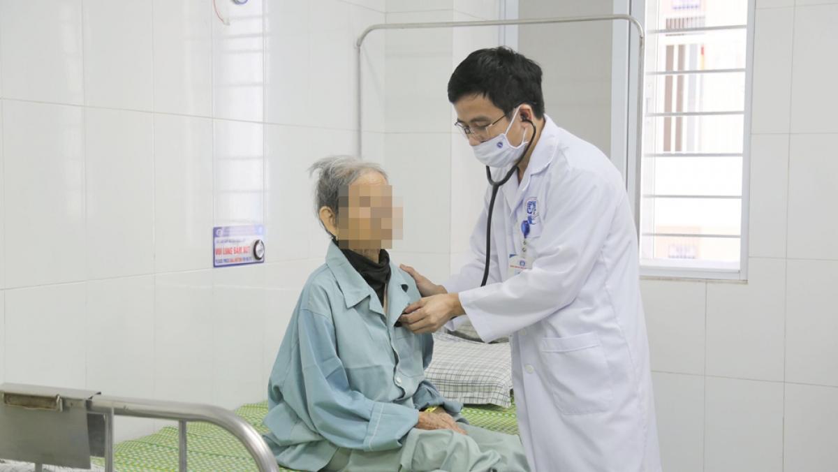 Bác sĩ thăm khám cho cụ bà sau khi được can thiệp tim mạch. (Ảnh: BVCC)
