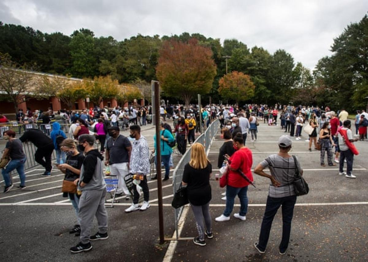 Hàng trăm người xếp hàng chờ bỏ phiếu sớm ở Marietta, Georgia ngày 12/10. Ảnh: AP
