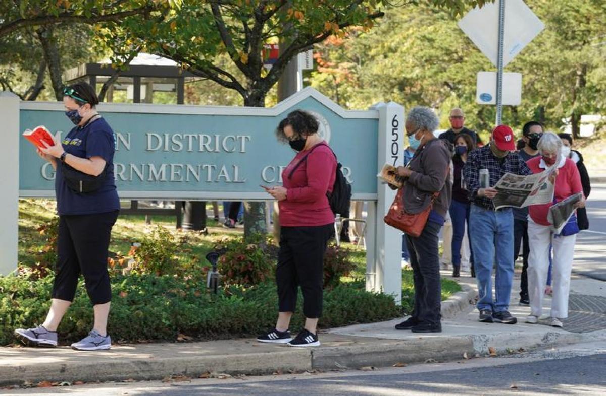 Cử tri Mỹ xếp hàng đi bỏ phiếu sớm ở Virginia ngày 14/10. Ảnh: Reuters