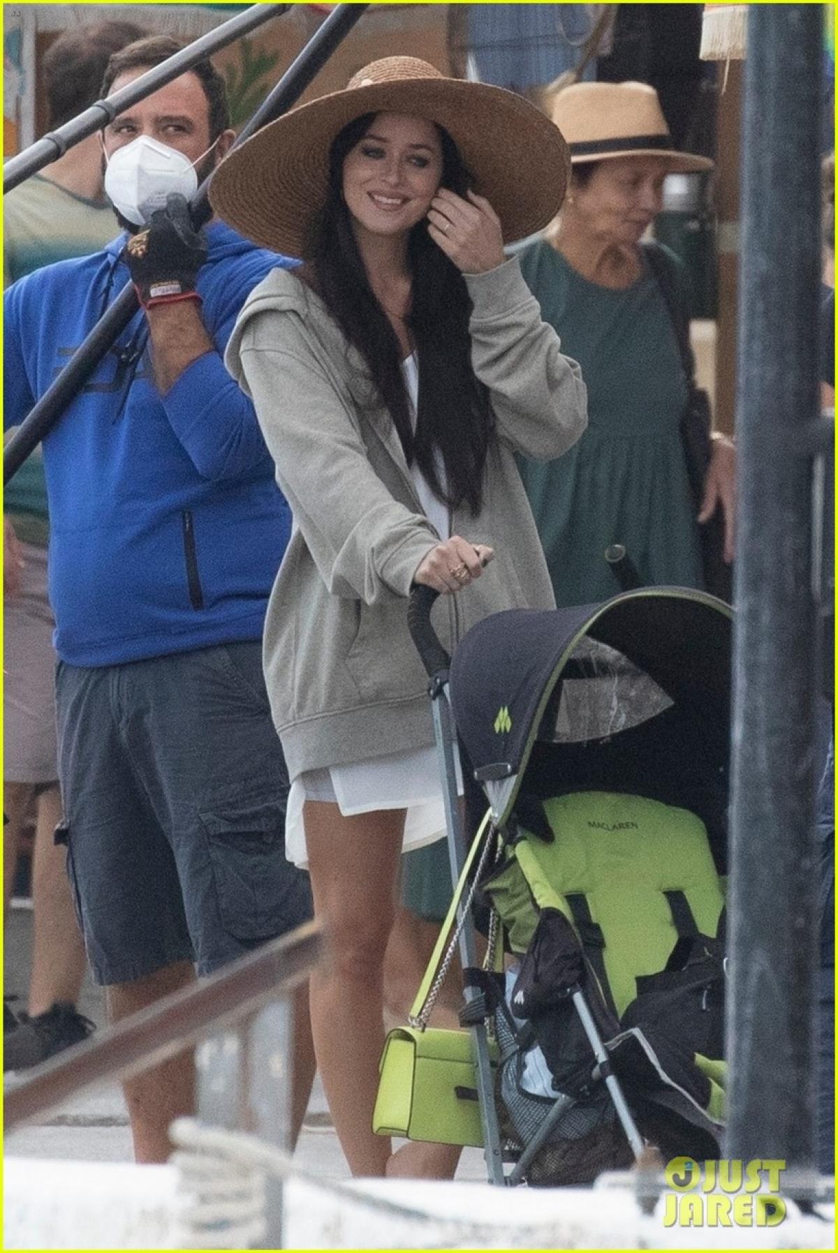 """Dakota Johnson cùng đoàn làm phim đang quay bộ phim mới """"The Lost Daughter"""" ở Đảo Speteses, Hy Lạp."""