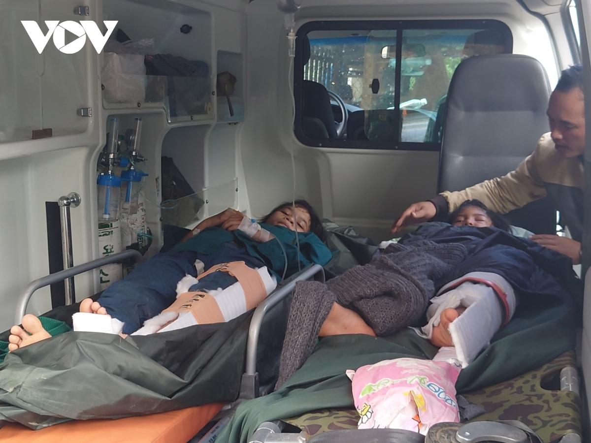 Các nạn nhân được cứu sống sau sạt lở ở Quảng Nam.