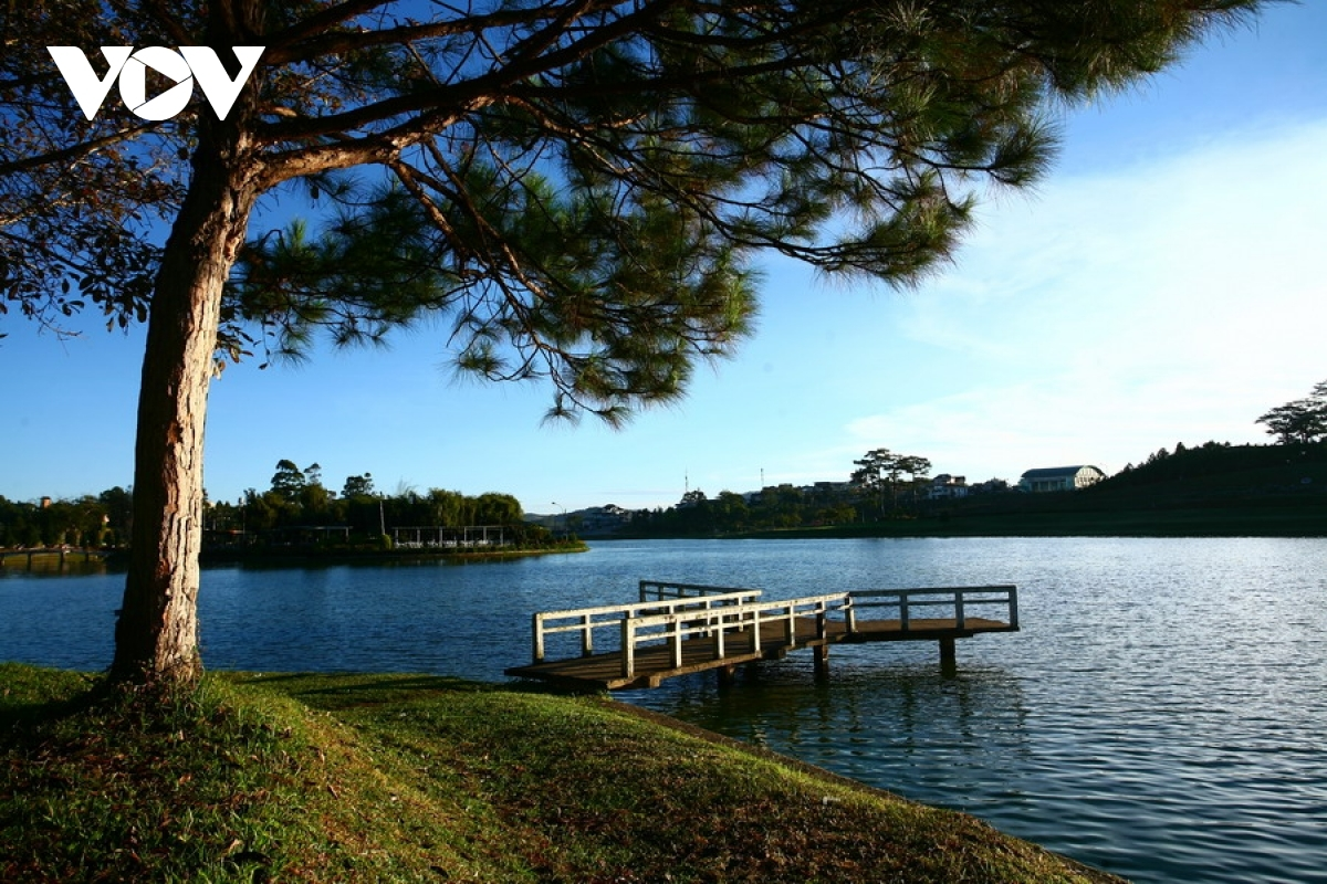 Da Lat is home to many lakes, most notably Xuan Huong lake in the centre, in addition to other sites such as Than Tho Lake, Tuyen Lam Lake, Da Thien Lake, and Chien Thang Lake.