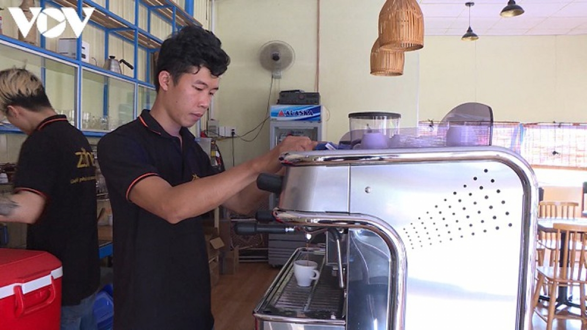 Anh Nguyễn Đức Thái, chủ quán cà phê Zone, một trong những hộ kinh doanh nhường lại phần hỗ trợ cho người nghèo.