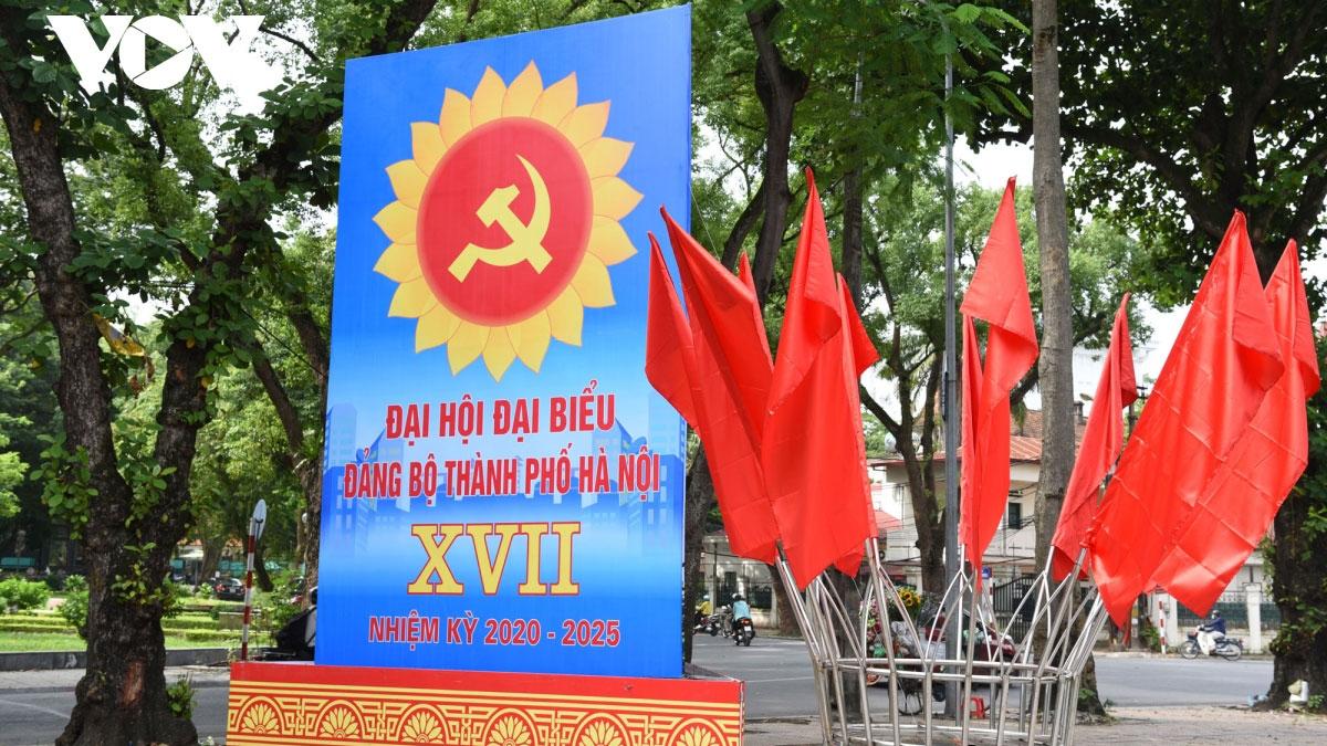 Đường phố Hà Nội rực rỡ cờ hoa trước thềm Đại hội Đảng bộ thành phố lần thứ 17
