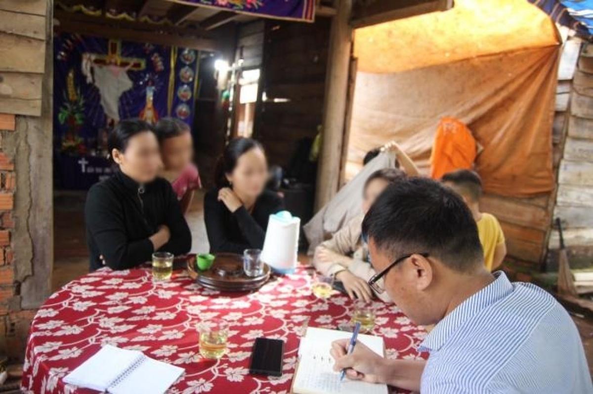 Vợ nạn nhân tử nạn tại Rào Trăng 3 trao đổi với báo chí.
