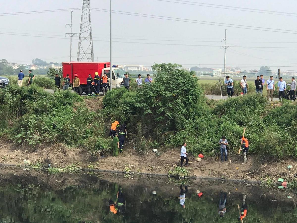 Trưa 27/10, công an áp giải nghi phạm tới khu vực sông Nhuệ thuộc địa phận xã Nguyễn Trãi, huyện Thường Tín.