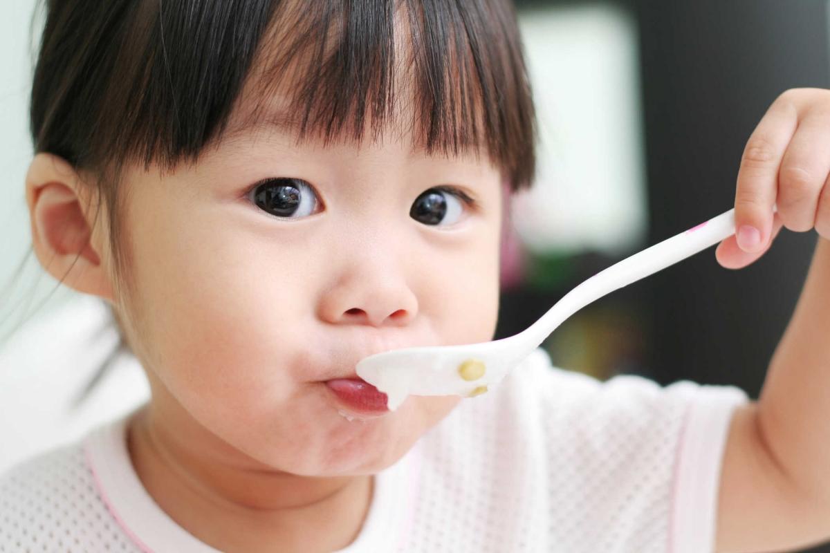 Hãy dạy con tự ăn để con rèn được tính tự lập sớm. Ảnh minh hoạ