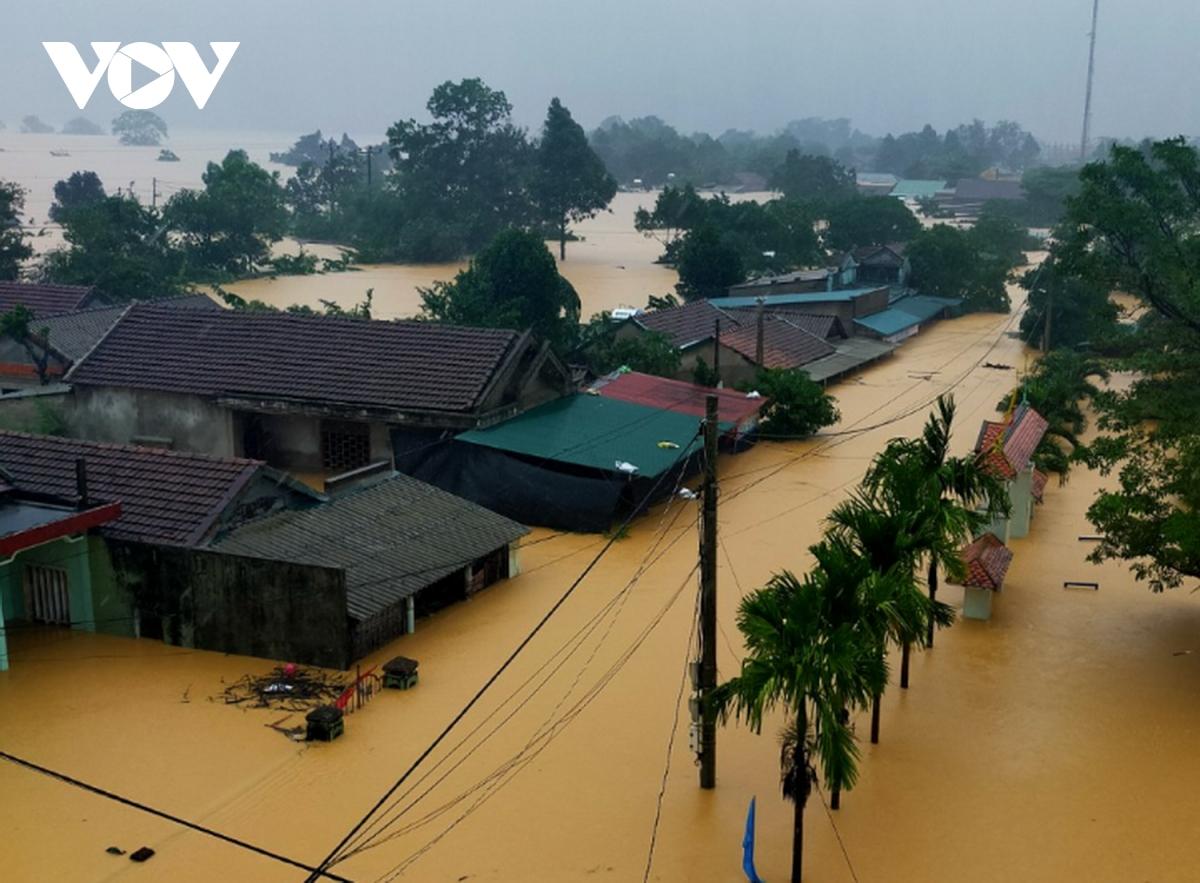 Tính đến chiều tối 17/10, số người chết do mưa lũ tính từ ngày 6/10 đến nay đã tăng lên 61 người, còn 4 người đang mất tích.
