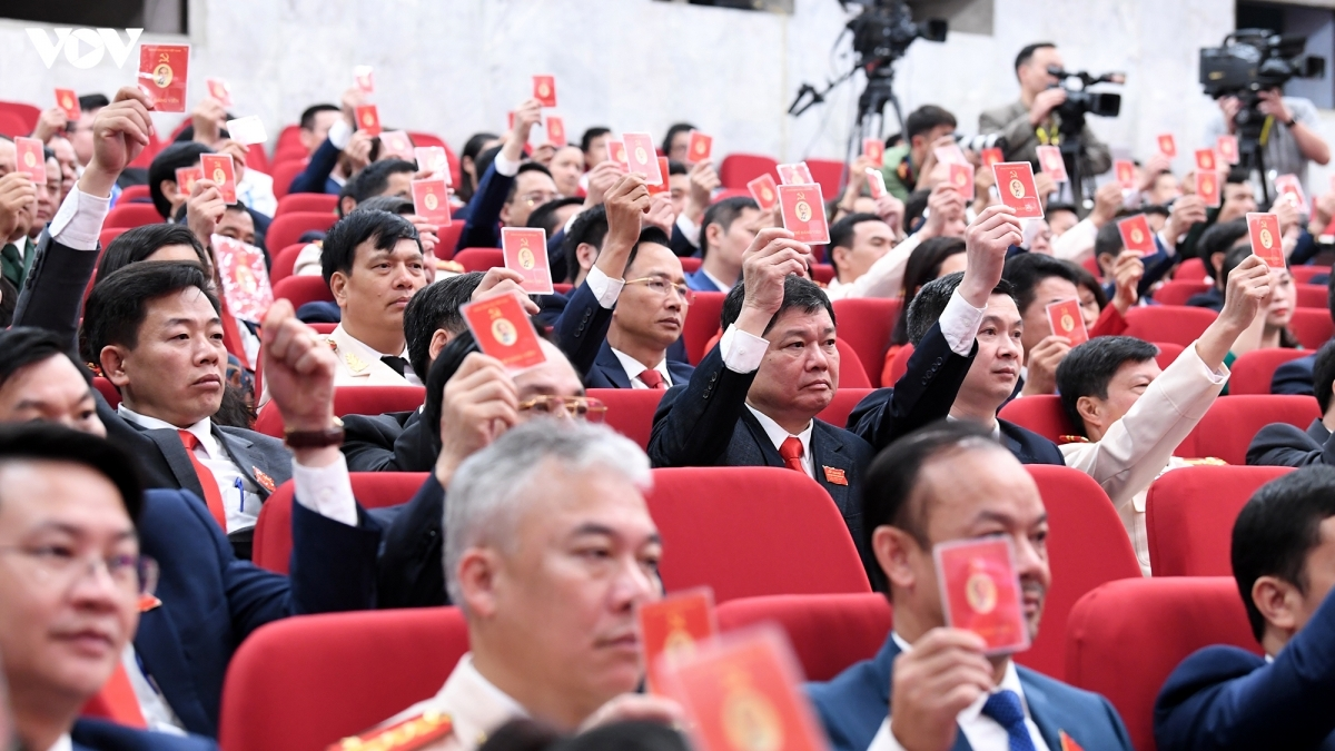 Các đại biểu dự Đại hội đại biểu Thành phố Hà Nội biểu quyết thông qua số lượng uỷ viên Ban Chấp hành khoá XVII.