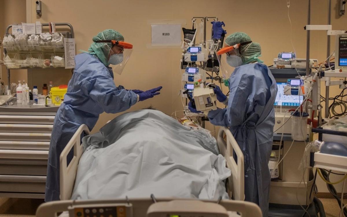Điều trị bệnh nhân Covid-19 ở Italy. Ảnh: NYT.