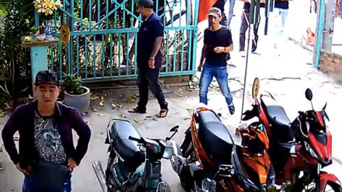 Một gia đình tại huyện Hóc Môn, TP HCM bị nhân viên công ty đòi nợ thuê đập phá tài sản. Ảnh: Người Lao động