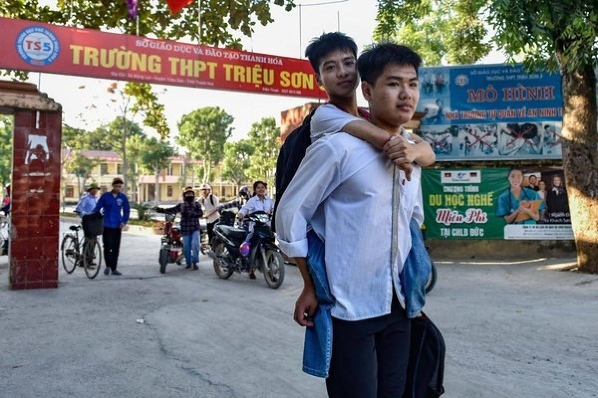Suốt 10 năm qua Hiếu cõng Minh tới trường.