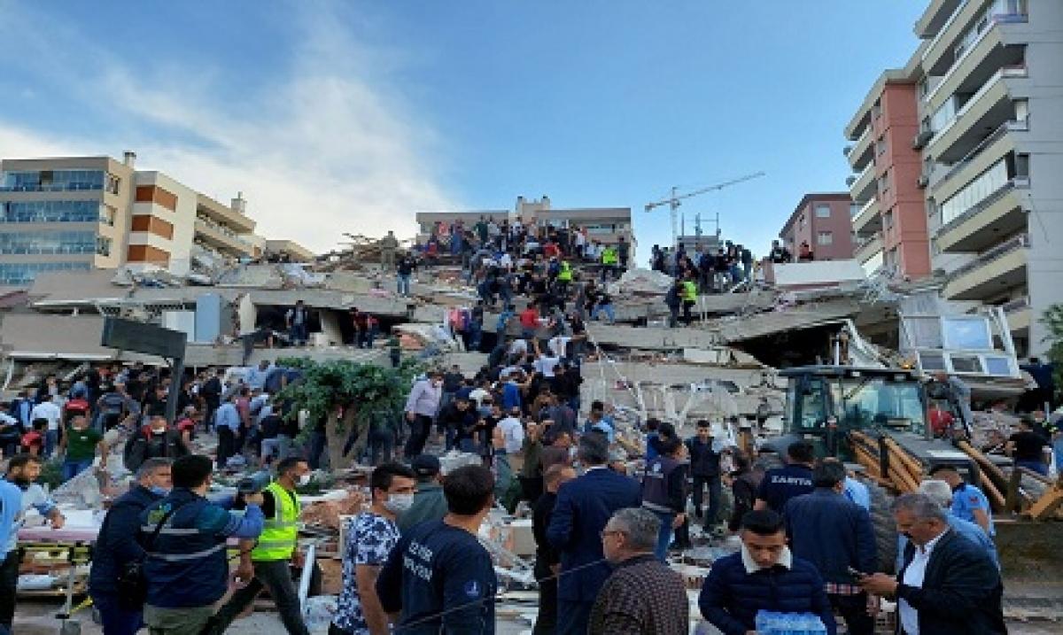 Hình ảnh tìm kiếm nạn nhân sau vụ động đất tại thành phố duyên hải Izmir của Thổ Nhĩ Kỳ ngày 30/10. Ảnh: Reuters