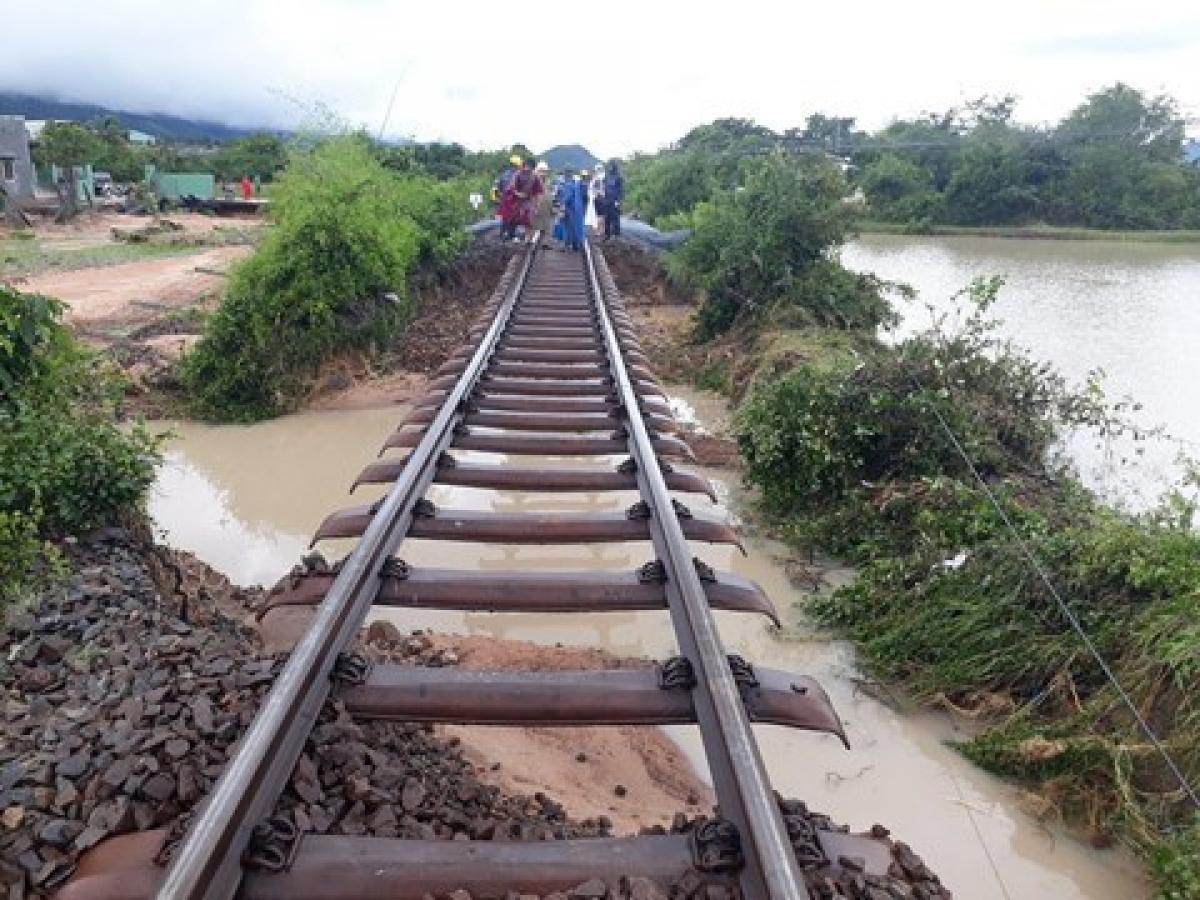 Ngành Đường sắt tạm dừng tàu Thống nhất đi Vinh - Huế vì mưa lũ, ách tắc đường sắt Bắc - Nam.