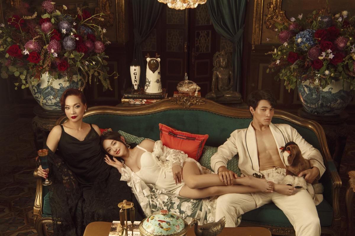 Đây là những hình ảnh hậu trường của một cảnh quay trong biệt thự Bạch Trà Viên của Lý Gia, nơi ba chị em giàu có, xinh đẹp bậc nhất đất Thần Kinh sinh sống.
