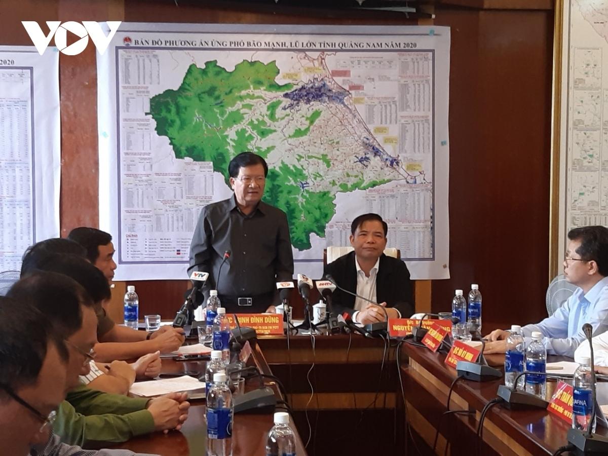 Phó Thủ tướng Trịnh Đình Dũng và Bộ trưởng Nguyễn Xuân Cường chủ trì cuộc họp Ban Chỉ đạo tiền phương phòng chống bão số 9 với các tỉnh miền Trung