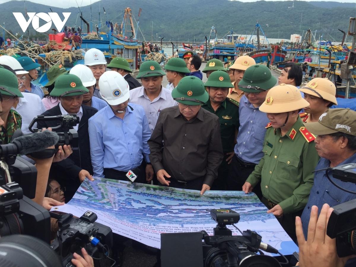 Phó Thủ tướng Trịnh Đình Dũng kiểm tra tại âu thuyền cảng cá Thọ Quang