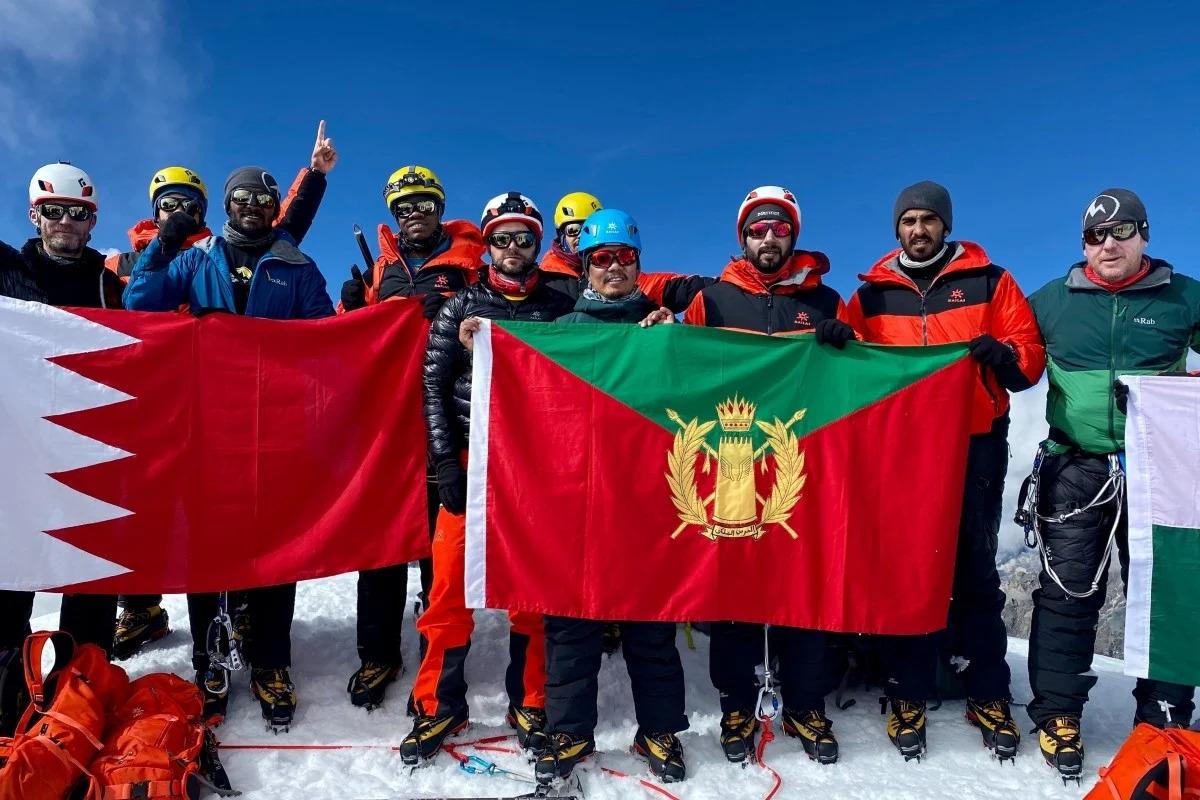 Đoàn leo núi trên đỉnh Lobuche, trước khi tiếp tục hành trình tới Manaslu. Ảnh: AFP/Tashi Lakpa Sherpa/Seven Summit Treks