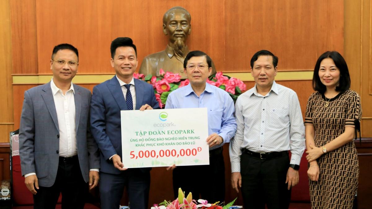Ông Trần Quốc Việt – Tổng Giám đốc Tập đoàn Ecopark (bên trái) trao số tiền hỗ trợ cho đồng bào miền Trung thông qua Ủy ban Trung ương Mặt trận Tổ quốc Việt Nam.