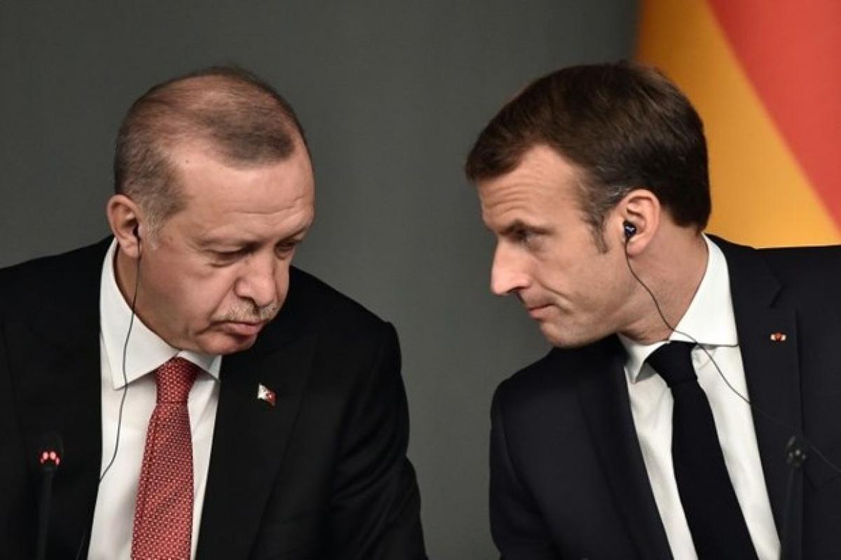 Tổng thống Thổ Nhĩ Kỳ Recep Tayyip Erdogan (trái) và người đồng cấp PhápEmmanuel Macrontrong một cuộc gặp. (Nguồn: AFP).
