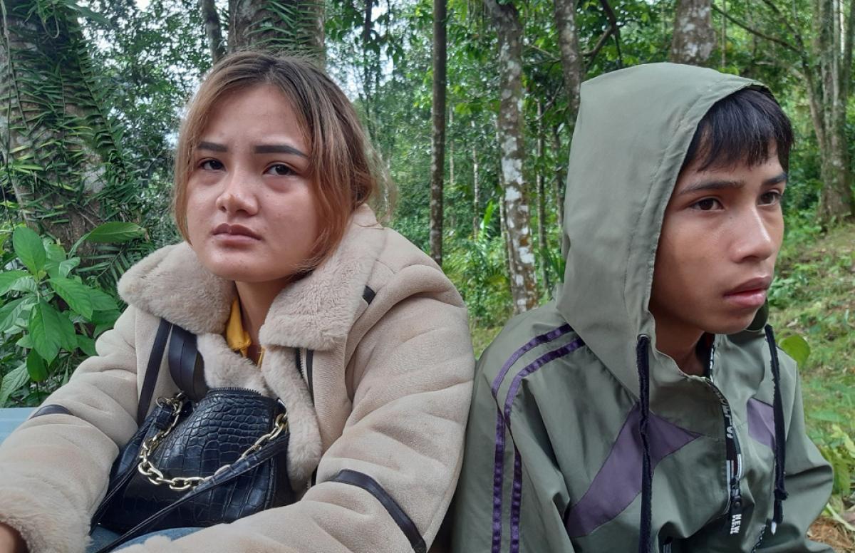 Chị Hồ Thị Lan Anh và em Lê Thanh Tú thất thần như người mất hồn