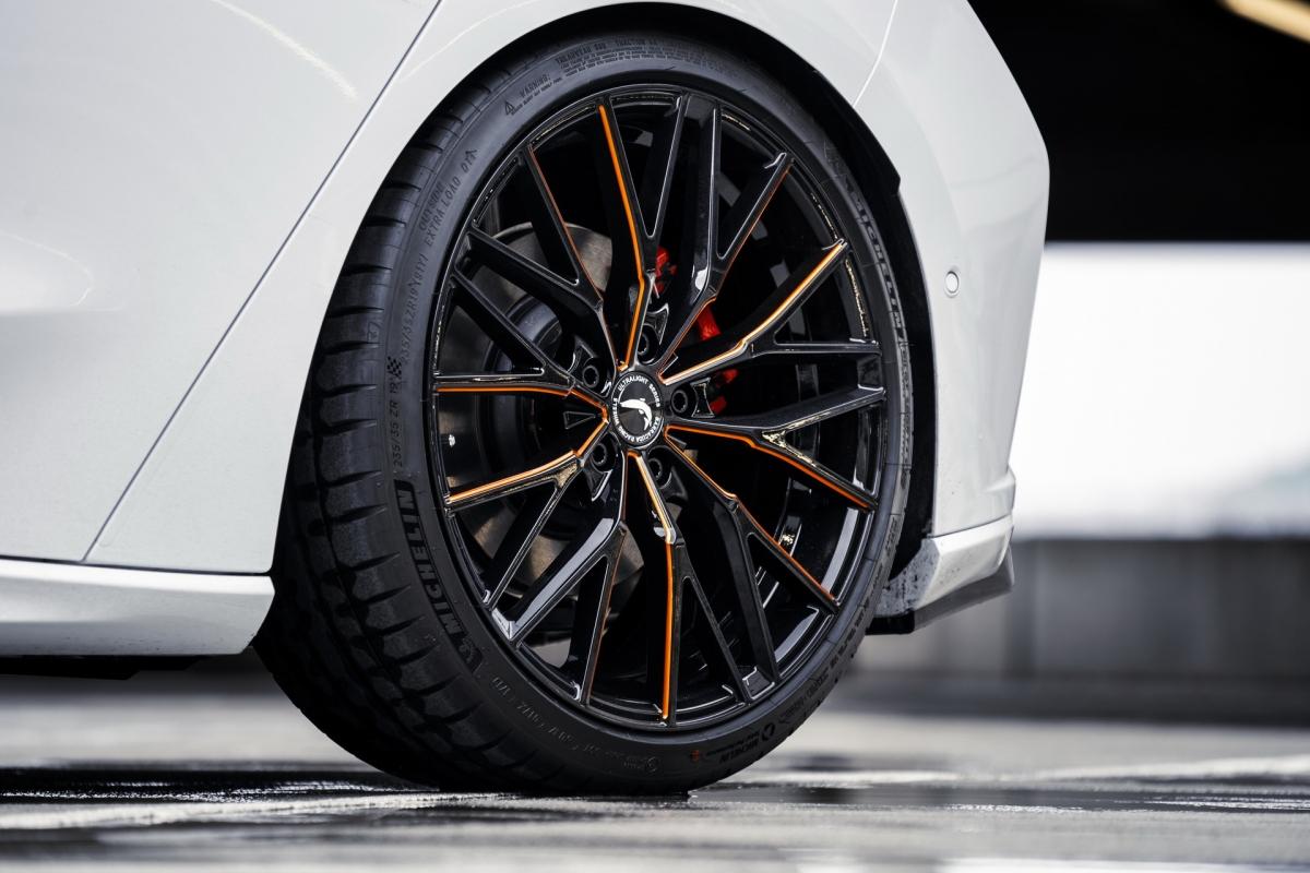 Tốc độ tối đa 220 km/h và khả năng tăng tốc từ 0-100 km/h trong 7,6 giây.