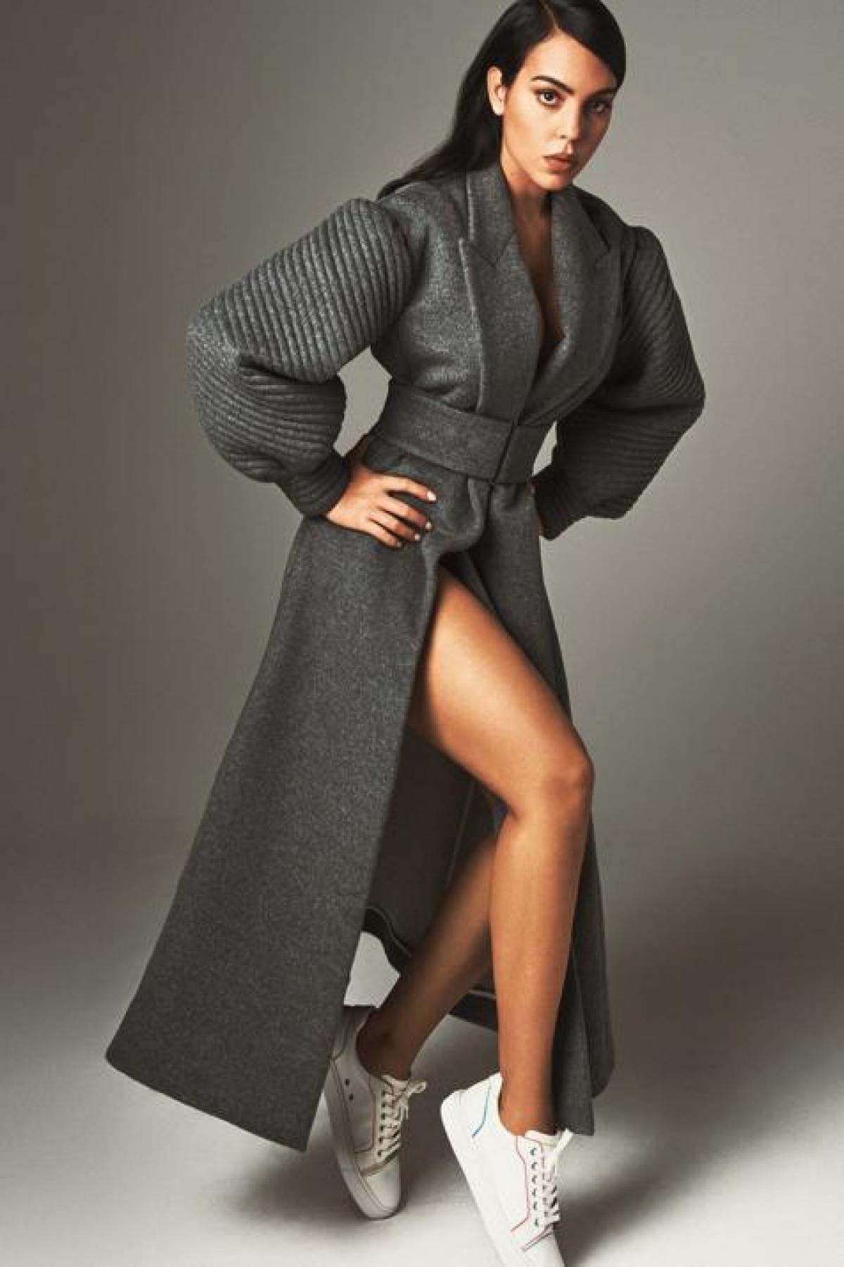 Người đẹp khoác áo choàng xẻ cao, khoe khéo đôi chân thon dài gợi cảm.