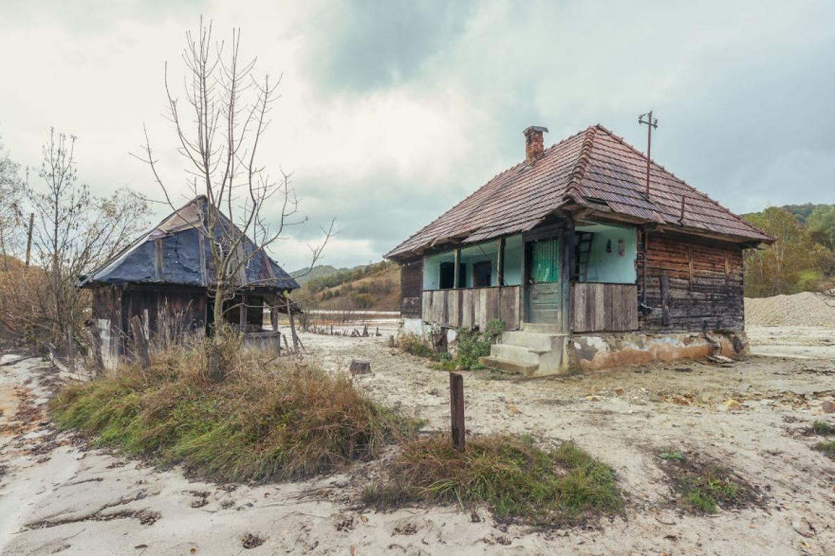 Những ngôi nhà bỏ hoang, không một bóng người sinh sống.