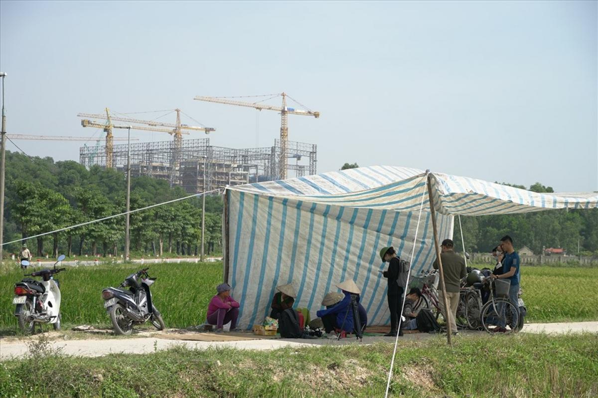 Người dân dựng lều bạt ngăn không cho xe chở rác vào khu xử lý Nam Sơn. Ảnh: Tạ Quang.